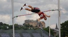 In Marburg scheinen die Athleten wie hier Sieger Rene Strauß über das Schloss zu springen, er schaffte mit dem Stab genau fünf Meter.