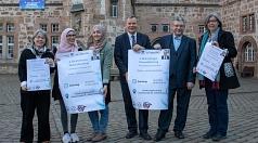 Oberbürgermeister Dr. Thomas Spies (3.v.r.) stellt zusammen mit Pia Gattinger (v.l.), Lina Fattah, Layla Baroudi, Dr. Raghdan Baroudi und Susanne Hofmann das Programm für den vierten Richtsberger Gesundheitstag am 6. April vor.