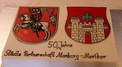 Festakt 50 Jahre Städtepartnerschaft Marburg-Maribor: Eigens zum Jubiläum angefertigt wartete die Partnerschaftstorte darauf, nach dem offiziellen Teil verzehrt zu werden.