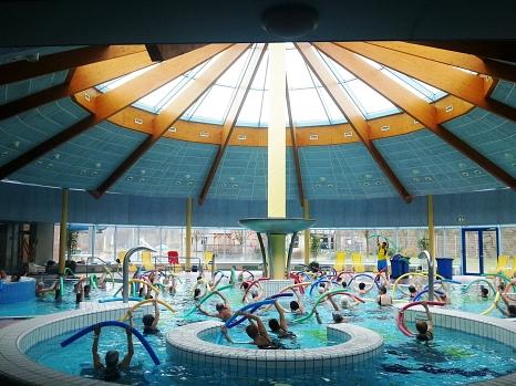 Für den ganzen Körper gibt es im  Wassergymnastikkurs stärkende Übungen.©Stadt Marburg, Rolf Klinge