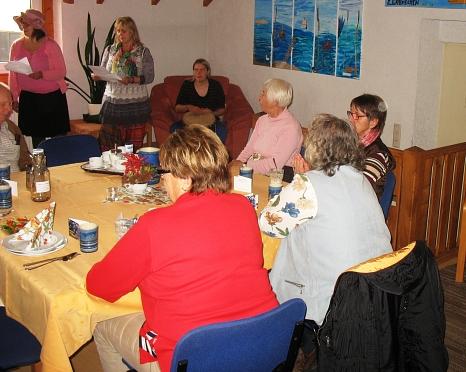Die Teilnehmer sitzen zu 8 Personen an Tischen©Bernd Weimer