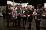 Stadträtin Dr. Kerstin Weinbach (3. v. l.) eröffnete den Kunsthandwerkermarkt mit Stadtverordnetenvorsteherin Marianne Wölk (5. v. l.) und dem Organisationsteam vom Erwin-Piscator-Haus, l. Fachdienstleiterin Tine Faber, r. Martina Klinge.