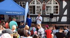 Oberbürgermeister Dr. Thomas Spies begrüßte zusammen mit Franziska Wagner von der Oberhessischen Presse die ersten Teilnehmenden des Kinder- und Familientags vor dem historischen Verlagsgebäude Hitzeroth.