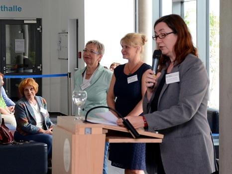 Stadträtin Dr. Kerstin Weinbach (r.) eröffnete die 40. Marburger Sommerakademie gemeinsam mit den Karin Stichnothe-Botschafter (2. v. l.) und Akademieleiterin Britta Sprengel (Mitte), beide vom Fachdienst Kultur der Stadt.©Nadja Schwarzwäller i. A. der Stadt Marburg