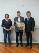 Bürgermeister Dr. Franz Kahle (r.) übergab Blumen und das Historische Stadtsiegel an Karl-Heinz Hof (Mitte). Auch die Vorsitzende des Denkmalschutzbeirats, Dr. Katharina Mohnike (l.), würdigte sein Engagement.