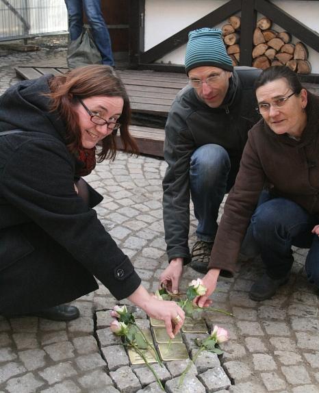 Stadträtin Dr. Kerstin Weinbach (links) legte gemeinsam mit Barbara Wagner und Ulrich Schütt von der Marburger Geschichtswerkstatt Blumen auf die frisch verlegten Stolpersteine zum Gedenken an sechs in der NS-Zeit ermordete Mitbürger.©Stadt Marburg, i. A. Heike Döhn