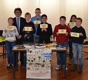 Am Stadtentscheid des Vorlesewettbewerbs nahmen sieben Kinder teil. Bürgermeister Dr. Franz Kahle (2. v. l.) überreichte jedem von ihnen eine Teilnahmeurkunde und einen Buchpreis. Naghman Ahmed (5. v. l.) belegte den ersten Platz und darf nun beim Bezirks