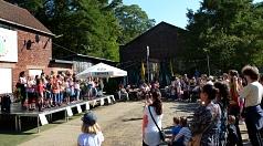 Der Chor der Geschwister-Scholl-Schule trat zur Eröffnung des Weltkindertagsfestes an der Waggonhalle auf.