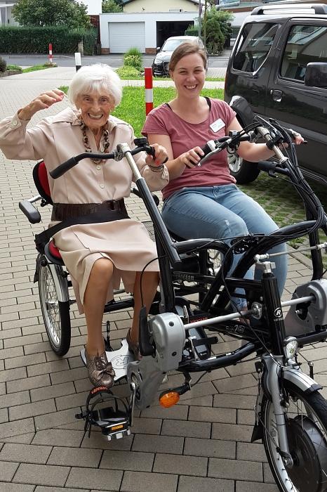 Mit einem neuem E-Bike-Tandem gewinnen ältere Menschen verloren geglaubte Freiheit zurück.©Stadt Marburg, i. A. Heiko Krause