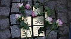 Die jetzt verlegten Stolpersteine am Heumarkt erinnern an Estella, Alfred, Walter und Ruth Rosenberg sowie an  Samuel und Elise Meyer.