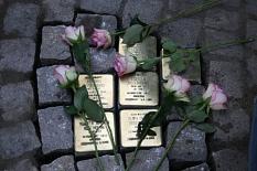 Die jetzt verlegten Stolpersteine am Heumarkt erinnern an Estella, Alfred, Walter und Ruth Rosenberg sowie an  Samuel und Elise Meyer.©Stadt Marburg, i. A. Heike Döhn