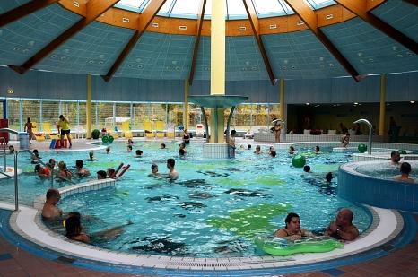 """""""Volle Hütte"""" am Sonntag beim Familientag von AquaMar und AOK. In allen Becken   fanden Aktionen und Mitmachangebote statt.©Stadt Marburg, i.A. Nadja Schwarzwäller"""