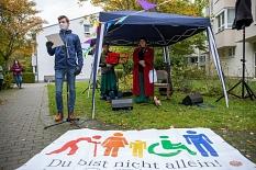 """""""Du bist nicht allein!"""" – Elias Hescher, Vorsitzender des KiJuPa, begrüßte die Senior*innen beim Konzert im Altenhilfezentrum Auf der Weide.©Patricia Grähling, Stadt Marburg"""