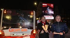 """Auf Stadtbussen, online und im Kino wirbt die Stadt für mehr Sicherheit im Straßenverkehr. OB Dr. Thomas Spies (l.) und Harald Schröder stellten den """"Licht an!"""" während Marburg b(u)y night vor.   Kontakt:"""