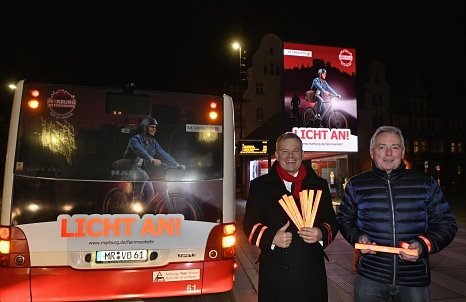 """Auf Stadtbussen, online und im Kino wirbt die Stadt für mehr Sicherheit im Straßenverkehr. OB Dr. Thomas Spies (l.) und Harald Schröder stellten den """"Licht an!"""" während Marburg b(u)y night vor.   Kontakt:©Georg Kronenberg"""
