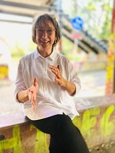 """""""Ich bin schon halb eingezogen"""": Mit Bettina Pelz steht die neue und international erfahrene Kuratorin für das Marburg800-Kunst-Projekt am Rudolphsplatz fest. Bürger*innen werden schon dieses Jahr eingeladen, um ihre Ideen beizusteuern.©Stadt Marburg, Sabine Preisler"""