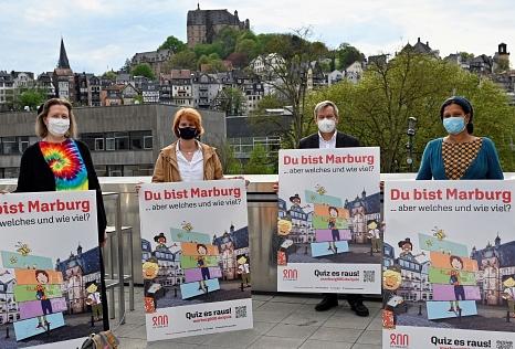 """""""Marburg ist sehr stolz auf seine Unterschiedlichkeit, auf seine Vielfalt und deshalb entstehen bei 'Du bist Marburg' auch ganz gemischte Charaktere"""", so Oberbürgermeister Dr. Thomas Spies bei der Vorstellung des neuen Marburg-Quiz. Ab sofort können das a©Sabine Preisler, Stadt Marburg"""