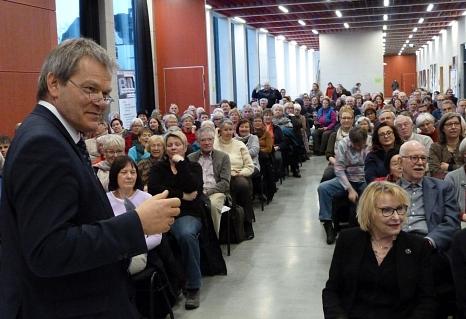 """: """"Mehr gute Jahre für alle"""" wünschte sich Oberbürgermeister Dr. Thomas Spies. Mehr als 200 Zuhörerinnen und Zuhörer verfolgten die Diskussion beim Stadtforum """"Gut Älterwerden in Marburg"""".©Stadt Marburg, i.A. Gesa Coordes"""