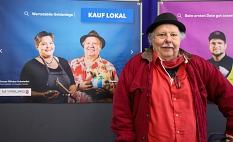 """""""Mit uns können die Leute reden, sich austauschen"""", nennt Fiddy Bode von Comics, Kitsch&Kunst den großen Vorteil des lokalen Handels, der """"Gesicht"""" zeigt. Bode ist einer von 16 Einzelhändler*innen, die auf den Plakaten der Kampagne stellvertretend für die©Patricia Grähling, Stadt Marburg"""