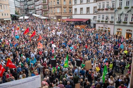 Langer Demonstrationszug durch die Stadt: Rund 7500 Menschen setzten in Marburg ein starkes Zeichen gegen Rechtsextremismus.©Stadt Marburg, Patricia Grähling
