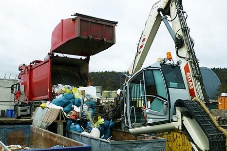 Das Foto zeigt einen Toplader beim Abladen von Gewerbeabfällen auf dem Servicehof Am Krekel.©DBM, Sonja Stender