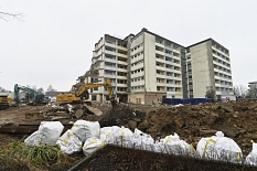 Das bisherige Wohnheim der Altenhilfe St. Jakob am Richtsberg ist bereits entkernt. Seit einigen Tagen läuft der Abriss des siebenstöckigen Gebäudes.©Georg Kronenberg