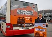 """Abstand rettet Leben – das gilt auch beim Überholen von Radfahrer*innen. Oberbürgermeister Dr. Thomas Spies stellt das Motiv der Kampagne """"Marburg Miteinander – fair im Verkehr"""" vor, das das Thema Abstand nochmal verdeutlicht."""