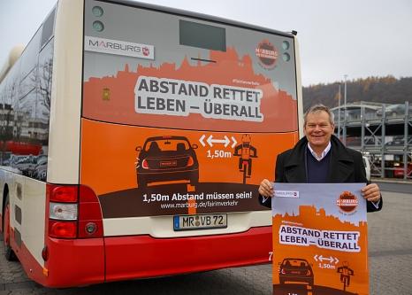 """Abstand rettet Leben – das gilt auch beim Überholen von Radfahrer*innen. Oberbürgermeister Dr. Thomas Spies stellt das Motiv der Kampagne """"Marburg Miteinander – fair im Verkehr"""" vor, das das Thema Abstand nochmal verdeutlicht.©Patricia Grähling, Stadt Marburg"""