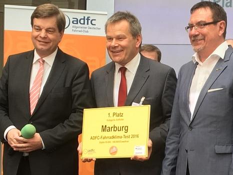 """Enorm verbessert: Oberbürgermeister Dr. Thomas Spies hat den ersten Preis für die Universitätsstadt Marburg im ADFC-Fahrrad-Klima-Test in der Kategorie """"Aufholer"""" entgegengenommen.©ADFC"""