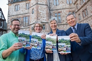 """Oberbürgermeister Dr. Thomas Spies (von rechts) stellt gemeinsam mit Ilka Wolkau, Monique Meier und Peter Schmidt vom Fachdienst Soziale Leistungen der Stadt Marburg die aktualisierte Broschüre """"Älter werden in Marburg"""" vor."""