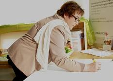 """Als Erste schrieb Kirsten Dinnebier auf eine Tafel auf Deutsch """"Lasst uns zusammen lesen"""". Bis Ausstellungsende soll das durch eine Vielzahl anderer Sprachen ergänzt werden.©Stadt Marburg, i.A. Heiko Krause"""