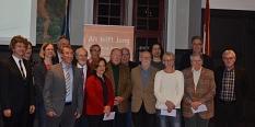 Bei einer Veranstaltung im Rathaus, ganz links Bürgersmeister Dr. Franz Kahle, 2. von rechts, zweite Reihe Oberbürgermeister Egon Vaupel sowie Mitarbeiterinnen und Mitarbeiter und Paten.©Universitätsstadt Marburg