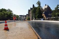 Am Donnerstag kommt der Gussasphalt auf die Fahrbahn stadteinwärts, am Freitag auf die in Richtung Erlenring. Nächste Woche folgt die Deckschicht. Am 10. August wird die Brücke feierlich eröffnet.©Birgit Heimrich, Stadt Marburg