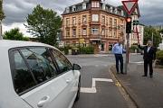 Am Wilhelmsplatz hängt seit Juli ein Grünpfeil-Schild an der Ampel. Das bedeutet: Wenn keine anderen Verkehrsteilnehmer*innen gefährdet werden, darf man selbst auch bei Rot nach rechts abbiegen. Oberbürgermeister Dr. Thomas Spies (rechts) und Michael Hage