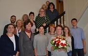Monika Amelung (3.v.r.) wurde von Dr. Christine Amend-Wegmann, Leiterin des Fachbereichs Zivilgesellschaft, Stadtentwicklung, Migration und Kultur (links daneben) im Kreis der Kolleg*innen verabschiedet.