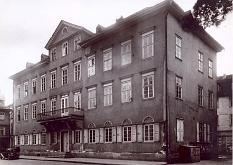 Historisches Foto des Amerikahauses (heute Stadtbücherei) nach 1945.