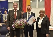 Dr. Thomas Spies mit der Ernennungsurkunde zum Oberbürgermeister der Universitätsstadt Marburg zum 1. Dezember.