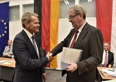 Das scheidende Stadtoberhaupt Egon Vaupel händigte Dr. Thomas Spies die Ernennungsurkunde zum Oberbürgermeister der Universitätsstadt Marburg zum 1. Dezember aus.©Georg Kronenberg, Stadt Marburg