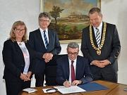 Oberbürgermeister Dr. Thomas Spies (r.), Bürgermeister Dr. Franz Kahle (2. v. l.) und Stadtverordnetenvorsteherin Marianne Wölk (l.) haben den Tunesischen Generalkonsul Ahmed Chafra (3. v. l.) zu seinem Antrittsbesuch im Marburger Rathaus empfangen. (Foto