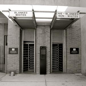Apartheid Museum, Johannesburg©Bild: Apartheid Museum Entrance, Johannesburg von Annette Kurylo. Lizenz: CC BY-SA 3.0