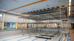 Im Schwimmerbecken des AquaMar steht derzeit ein Gerüst. Über das Gerüst wurden die Deckenbalken untersucht und dabei Risse in den Holzbindern festgestellt.