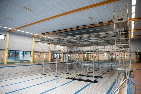 Im Schwimmerbecken des AquaMar steht derzeit ein Gerüst. Über das Gerüst wurden die Deckenbalken untersucht und dabei Risse in den Holzbindern festgestellt.©Patricia Grähling, Stadt Marburg