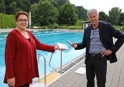 Stadträtin und Bäderdezernentin Kirsten Dinnebier sowie Rolf Klinge, Leiter der städtischen Bäder, testen das sogenannte Handheld (Lesegerät), mit dem die Online-Reservierung für den Freibad-Besuch überprüft wird.