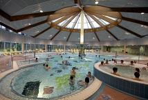 Blick in die Aktionshalle mit Badegästen©Universitätsstadt Marburg