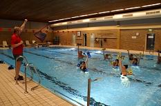 Teilnehmer beim Aquajoggingkurs. Am Beckenrand steht der Kursleiter und macht die Übungen vor©Universitätsstadt Marburg