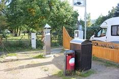 AquaMar - Blick auf den Wohnmobil-Stellplatz mit den Versorgungssäulen im Vordergrund und einem Wohnmobil©Universitätsstadt Marburg - Rolf Klinge