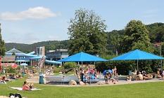 Badegäste auf der Liegewiese im AquaMar mit Blick zur Halle©Universitätsstadt Marburg, Rolf Klinge