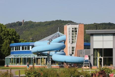 AquaMar - Blick vom Freibad zur Halle mit der Black-Hole-Rutsche©Universitätsstadt Marburg - Rolf Klinge