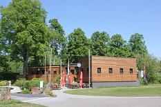 AquaMar - Blick auf den Freibadkiosk mit Freiterrasse©Universitätsstadt Marburg - Rolf Klinge