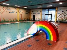 AquaMar - Kleinkindrutsche in bunten Farben im Lehrschwimmbecken©Universitätsstadt Marburg - Rolf Klinge